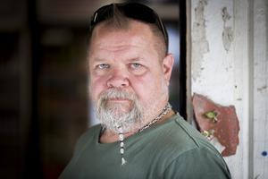 Stefan Persson vill ändra skolskjutsreglerna, så fler elever får tillgång till det.