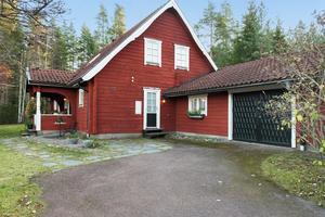 Timmerhus i nedre Skräddarbacken med genuin by-känsla och skog intill tomtgränsen. Foto: Patrik Persson/Svensk Fastighetsförmedling