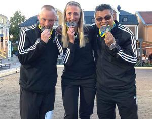 Ronny Blom, Therese Broberg och Chai Kedeskog biter i sina välförtjänta silvermedaljer efter finalen.