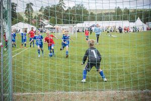 Sekunderna innan målvakten slänger sig på gräset och räddar bollen från att gå in i mål.