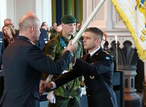 Falubördiga överste Ola Barvér, till höger har utsetts till ny regementschef vid K3 i Karlsborg. På bilden tar han emot Livregementets husarers flagga av arméchef Karl Engelbrektson. Foto: Försvarsmakten.