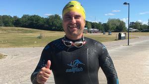 Simon Zmrzlak, arrangör bakom Västerås Swimrun. Här  tränar han simning vid Lögastrand i centrala Västerås. Simon Zmrzlak förbereder sig för sitt andra Ironmanlopp i Kalmar i augusti.