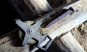 Ett grövre spikliknande föremål som kan ha använts för att mejsla till stenar.
