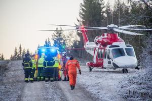 Det var en stor räddningsinsats från räddningstjänst och ambulanspersonal. Männen fördes till sjukhus med helikopter.