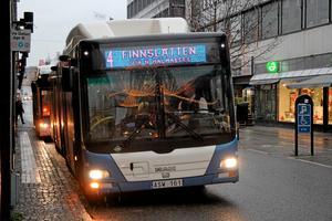 Bussdörren kan vara en dödsfälla för gamla, enligt skribenten.