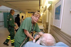En legitimerad sjuksköterska ser till en patient på en akutmottagning.  Foto: Erik G Svensson/TT