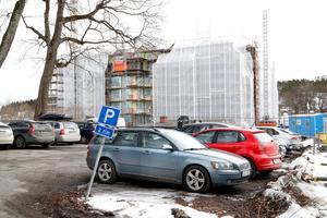 När nya stadsdelen Norrtälje Hamn är färdigbyggd år 2030, beräknas 5 000 invånare bo där. Många av dem kommer att ha bil, men det är den som bygger bostäderna som måste se till att de boende har tillgång till parkering. Hur många exploatören är skyldig att ordna, bestämmer kommunen. Med hjälp av en unik modell räknar de fram det antal som kommer att behövas.– Det är främst två faktorer som styr om och hur många bilar ett hushåll har. Storleken på lägenheten och läget, det vill säga avståndet till centrum, säger Erik L'Estrade, infrastrukturplanerare på Norrtälje kommun.