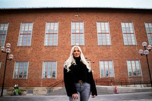 Filippa Ternqvist utanför Wargentinskolan.