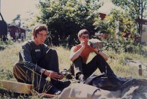 Per Nerving och Tomas Nilson pustar ut i gröngräset. Ur radion strömmade de senaste poplåtarna från Radio Luxembourg. Foto: Privat