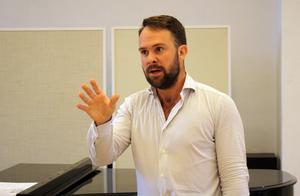 En duktig operasångare måste kunna det mesta. I utbildningen till operasångare studerar Marcus Bartoletti  utöver sång också musikhistoria, skådespeleri,  dans och rörelse och tyska, franska, italienska och engelska.