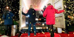 Dörrarna har öppnats och Eva Malmborg fick för första gången se sin nya bil – programledaren och tidigare fotbollsstjärnan Jesper Blomqvist delade dessförinnan ut några riktigt respektabla prischeckar till henne.