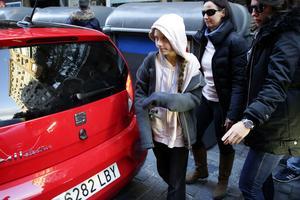 Greta Thunberg anländer till presskonferensen i Madrid.