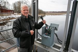 Nu öppnas luckorna med hydraulisk kraft vilket är mycket enklare och säkrare berättar Hans Carlström.
