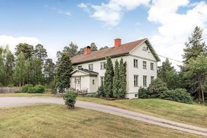 Lummig trädgård omger 12-rumsvillan i Ramnäs.