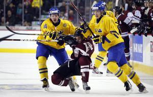 Sverige tryckte dit Lettland och vann JVM-premiären med 9-4.