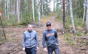 Snöskoterlederna i Fränsta har fått högre standard. Alex Johansson till vänster och Joakim Wikholm i skoterklubben är glada över förbättringarna.