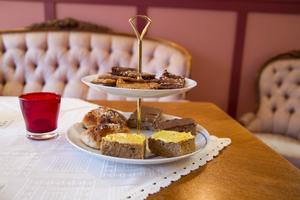 Kolakakor, chokladsnittar, bullar och Indisk morotskaka är exempel på vad som finns i kaféet. Lena Nordström berättar att det är glutenfritt, laktosfritt samt att det till mestadels är sockerfria alternativ.