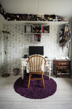 Annas hobbyrum på övervåningen. Här har hon allt från garn till fotoblixtar.