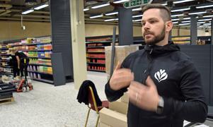 Niclas Stålhandske berättar att lager finns inbyggda mitt i butiken.