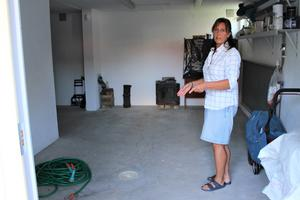 Evalena Sandh bredvid golvbrunnen i källaren. – Spillvattnet bubblar upp här, säger hon.