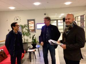 En ny modern skola på Håstan kan bli ett lyft för hela Hudiksvalls föreslår föräldern Thomas Johnson, här till vänster om Christoffer Andersen och kommunalrådet Mikael Löthstöm