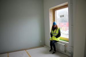Socialchefen Maria Ståhl visar att varje lägenhet har låga fönster.
