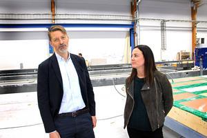 – Fasaderna byggs på plats. Det är ett strategiskt beslut för att husen inte ska se likadana ut, säger arkitekten Erik Wijkmark, K2A. Här tillsammans med företagets kommunikationsansvarige, Emma Nyborg.