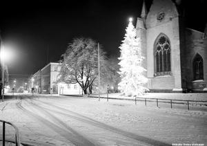 Örebro sparbank och Nikolaikyrkan, 1942. Foto: Eric Sjöqvist, Örebro