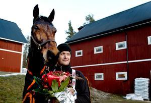 Robert Bergh fick ST-pokalen 2013 efter elitloppssegern och här har han nyss fått veta att han får det anrika priset.Foto: Mårten Englin.