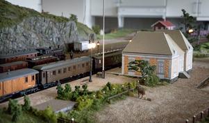 Stationsbyggnaden är ett provisorium i papp.  Inför 100-årsminnet av stationens nedläggning nästa år vill Arne få det riktiga stationshuset klart, exakt så som det såg ut.