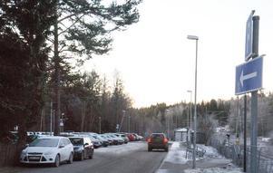 Många bilister, som inte hittar någon ledig parkeringsruta, parkerar sin bil utanför parkeringsplatsen. Men enligt kommunen är det inte tillåtet.