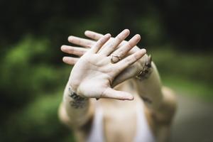Om man inte kan bevisa vem som har gjort vad i en våldtäkt, varför inte sätta dit allihop? Alla är på något sätt delaktiga i en sådan våldtäkt, skriver insändaren. Foto: Pixabay.com.
