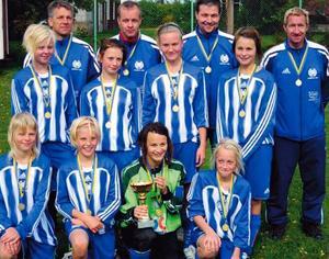 Lina Hurtig (tvåa från vänster i nedersta raden), tillsammans med pappa Mats – en av ledarna i Avesta AIK:s F13-lag, segrade i DD-cupen 2007. I finalen på Storänget i Nås vann
