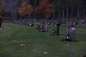 Ljusa höstlöv blev också små ljuspunkter på kyrkogården i Kungsör.