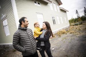 Ida Borglund och Ercüment Kaya bygger ett gigantiskt hus i Lien. Här syns de tillsammans med sonen Ewan 2,5 år.