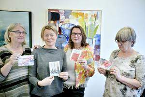 Eva Aspgren, CarolaSnar, Tuula Andersson och Gunilla Kihlström visar upp några av skapelserna.