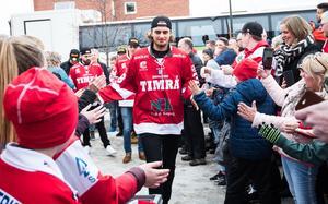 Jacob Olofsson möttes av fansen på torget i Timrå. Bild: Pär Olert/Bildbyrån