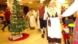 Nu är den glada julen slut och julegranen dansas ut.