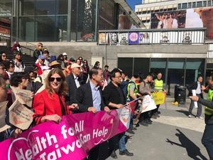 Den 16 maj genomfördes en demonstration i Stockholm för att uppmärksamma hu Taiwan stängs ute från Världshälsoförsamlingens (WHA) årliga konferens rum i Genève.
