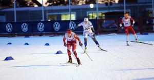 Tove Ericsson drar igång spurten, med Saga Fältenhag i Sveriges landslagsdress och norska Frida Haugskott tätt bakom sig. Konkurrenterna närmade sig på upploppet, men Stockvikstjejen höll undan och försvarade andraplatsen.