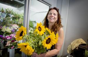 """Eva med sina favoriter – solrosorna. """"Jag tror stenhårt på den här butiken"""", säger hon och ser positivt på framtiden."""