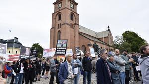 Protesterande höll upp plakat under Jimmie Åkessons valmöte i Falun.