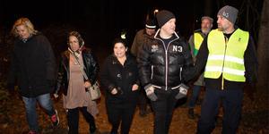 Många deltog i trygghetsvandringen i Andersberg på onsdagskvällen.