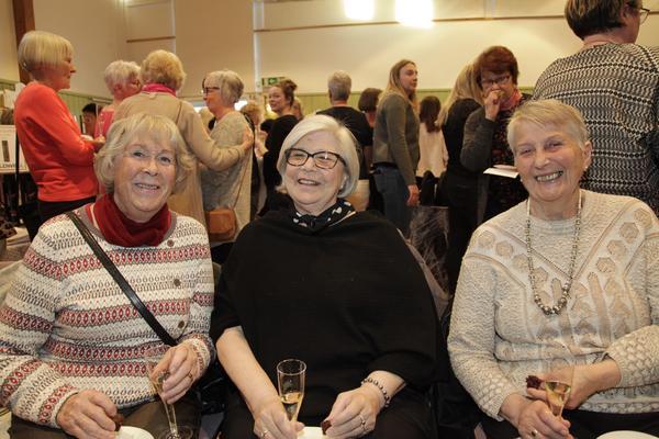 Anne-Marie Andersson, Ragnhild Bergström och Gertrud Olsson satt bänkade för att se på det senaste modet och kolla in vilka som kommit.