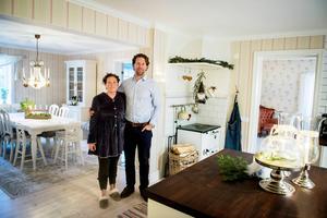 Huset hade just adventspyntats då det som inte får hända, hände. När Christine Brandsegg öppnade ytterdörren möttes hon av en fruktansvärd syn.Vattenskadan var ett faktum – men renoveringen gick snabbt och nästa jul var huset vackert julpyntat i gammal stil.
