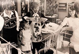 Lille Nicolas Strandberg lär sig stöpa ljus tillsammans med Anneli Holgersson, Ann-Catrine Strandberg, Carina Söderberg och Ann-Mari Andersson 1978. Foto: NT