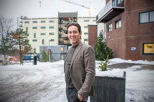 Patrik Attini berättar att utbyggnaden innehåller fem våningar. Längst ner blir det ett garage, sedan blir det en konferensanläggning och längre upp blir det hotellrum.