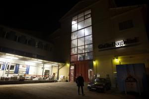 Klockan är strax över midnatt och pressen har stannat. Jan Andersson, Vd på Mittmedia print, lämnar byggnaden.