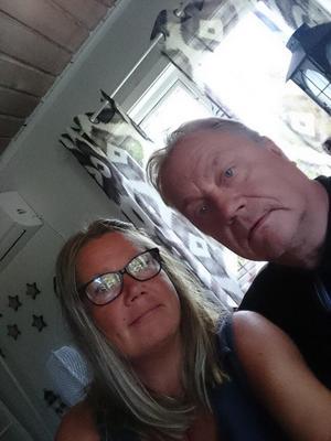 Foto: Privat. Carina och Kimmo Ulander ringde SOS när de såg att det brann i ladugården.