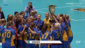 Här lyfter Anna Wijk VM–bucklan – för första gången som kapten. ,Foto: Cmore.